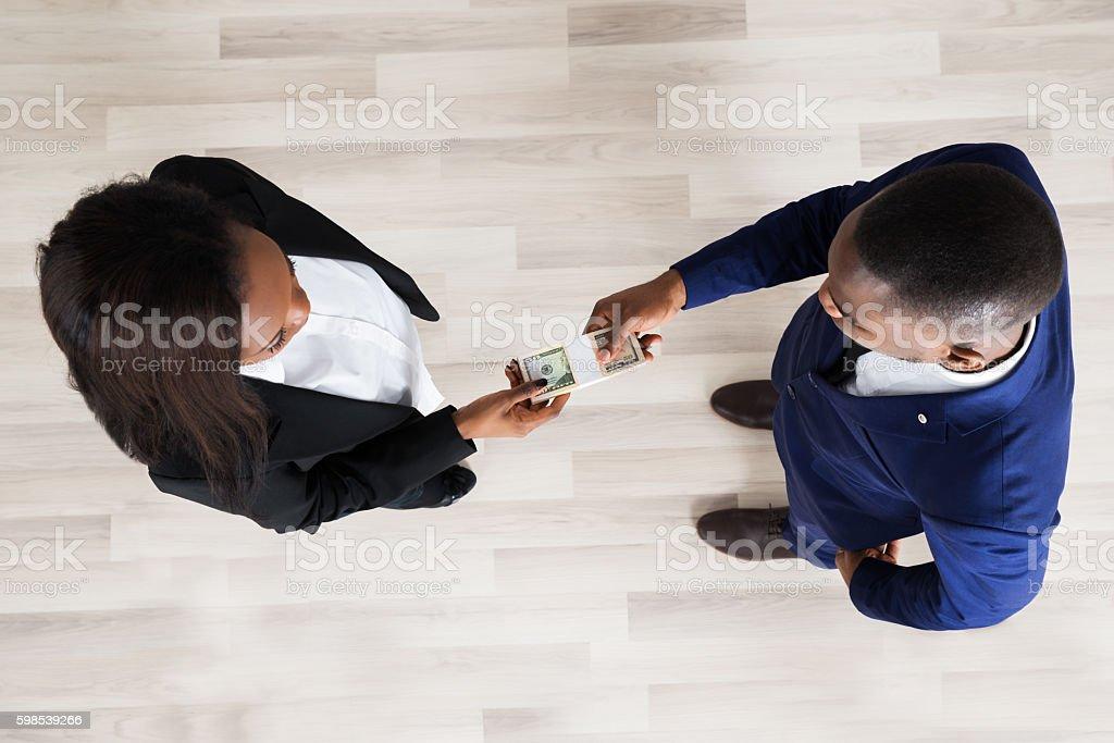 Business Man And Woman Exchanging Money photo libre de droits