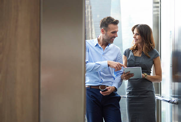 Business man and woman in the elevator – Foto