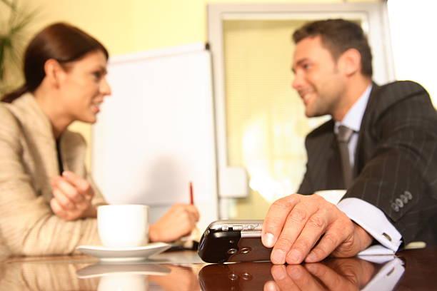 ビジネスの男性と女性のオフィスで話し ストックフォト