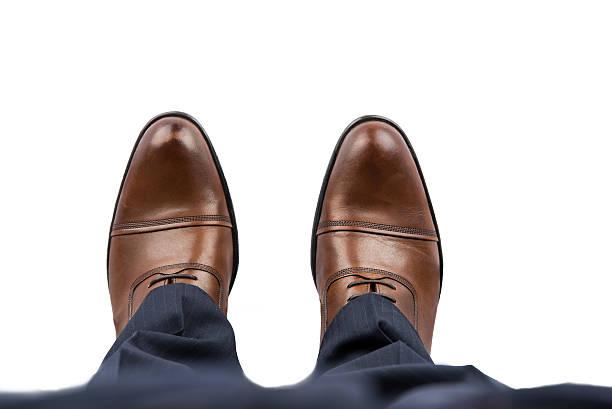 business mann brown schuhe mit ausblick - budapester schuhe stock-fotos und bilder
