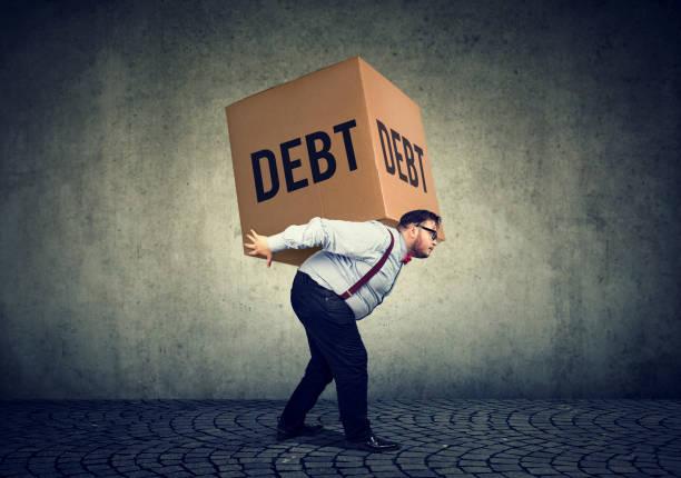 hombre de negocios, caja fuerte de la deuda que lleva - deuda fotografías e imágenes de stock