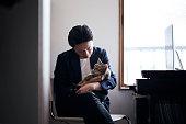 彼の猫を自宅とオフィスの通信ビジネスの男性