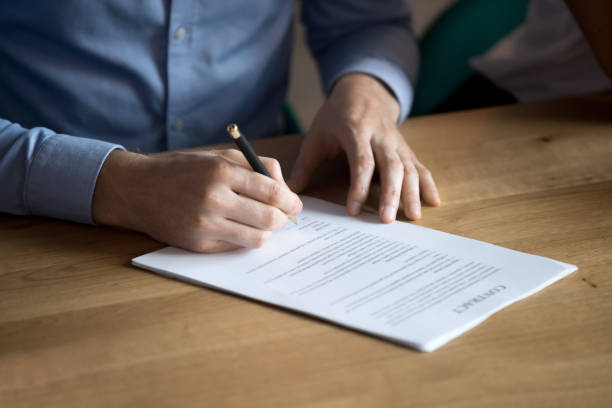 geschäftsmann kunde hand unterschreiben vertrag, nahaufnahme - führerschein stock-fotos und bilder