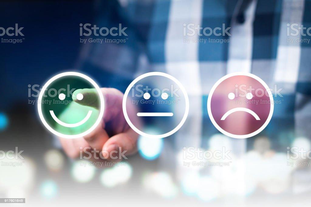 Negocio hombre dando rating y revisión con feliz, neutral o triste enfrentan a los iconos. Satisfacción del cliente y encuesta de calidad de servicio. - foto de stock