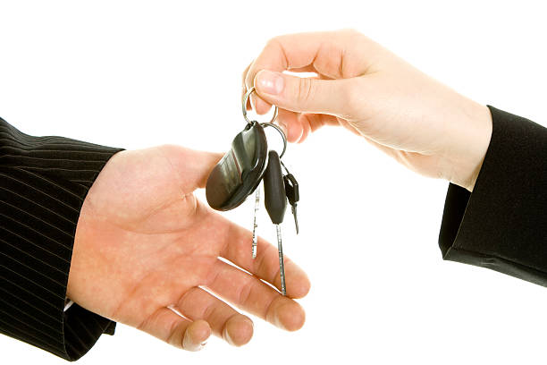 Bussinesman passer les clés isolé sur blanc - Photo