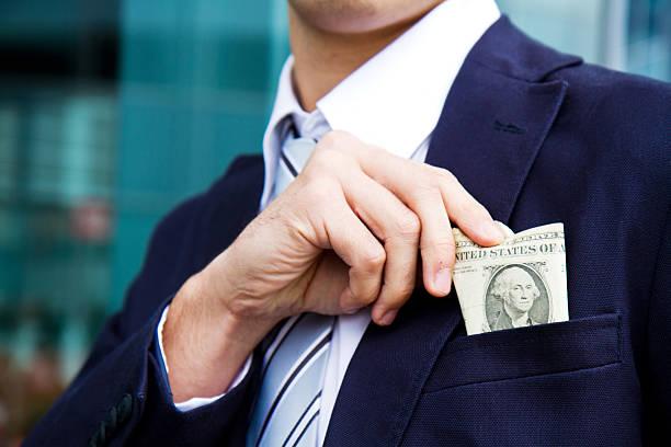 Geschäftsmann versteckt Geld in Tasche – Foto