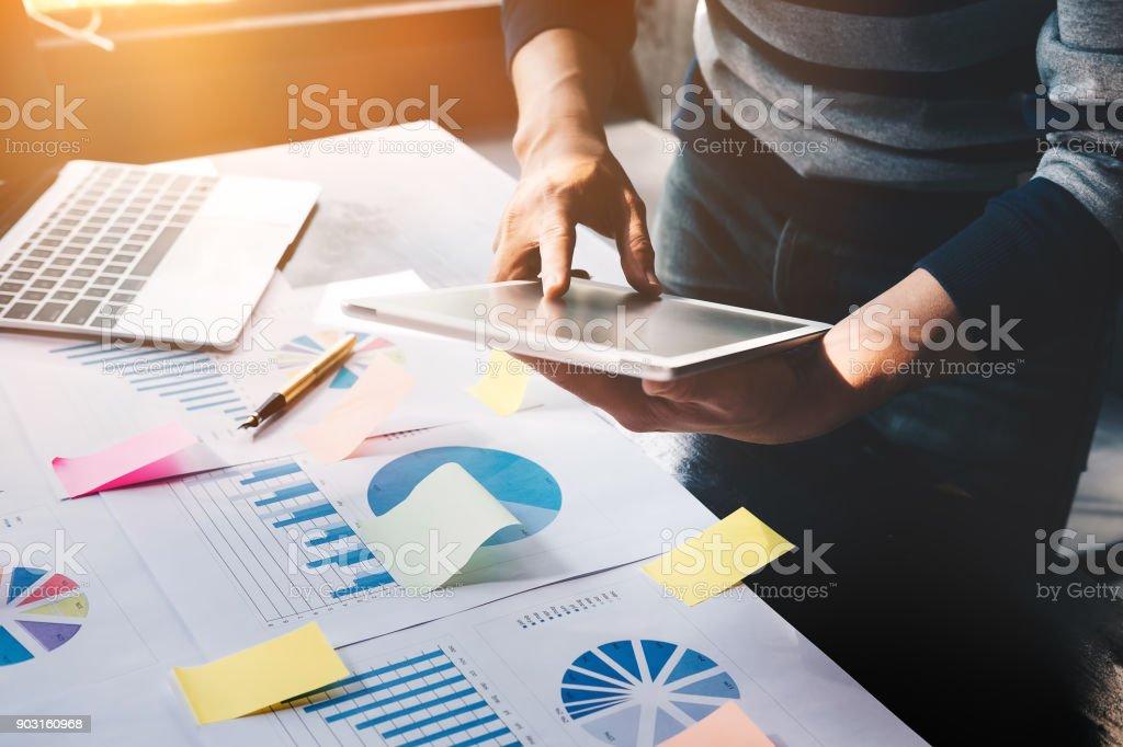 Business-Mann hält digitale Tablet und Notebook nutzen zu arbeiten Dokument Buchhalter analysieren Einkommen & Budget & betraegt planen einen marketing-Plan zur Verbesserung der Qualität ihres Umsatzes in die Zukunft. – Foto