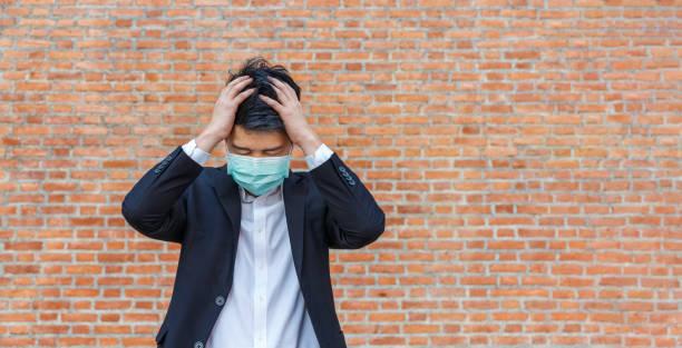 Geschäftsmann in Not von Arbeitsplatzverlusten durch COVID-19-Virus-Pandemie – Foto