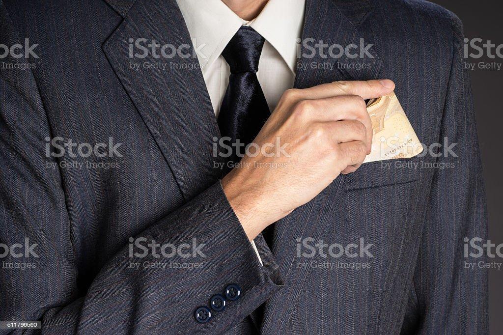 41252fd1d2221 Hombre de negocios en traje chaqueta poner euros bolsillo de pecho foto de  stock libre de