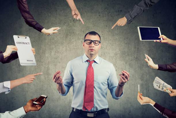 hombre de negocios está meditando para aliviar el estrés de la ajetreada vida corporativa - foto de stock
