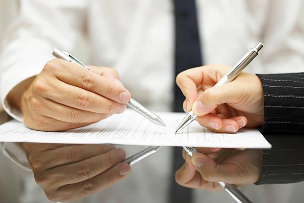 business-mann zeigt frau dokument zu unterschreiben, - outfit vorstellungsgespräch stock-fotos und bilder