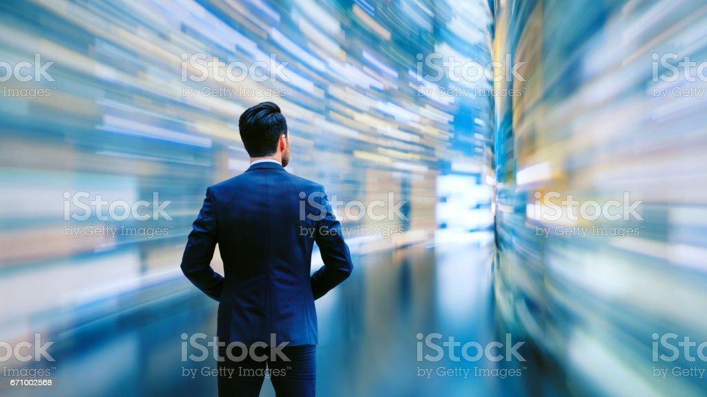 Homem de negócios, observando o fluxo de dados de alta velocidade - foto de acervo
