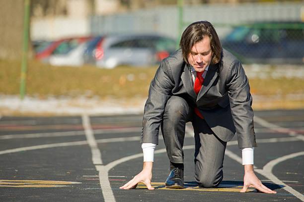 business mann auf running track - angst vor der geburt stock-fotos und bilder