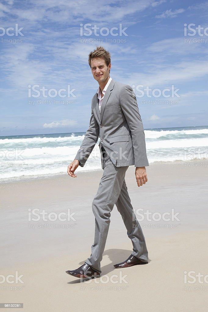 Uomo d'affari sulla spiaggia foto stock royalty-free