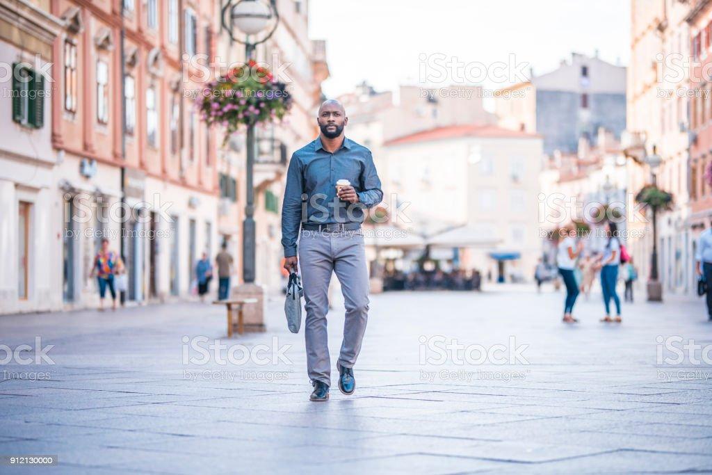 Geschäftsmann unterwegs halten Kaffeetasse – Foto