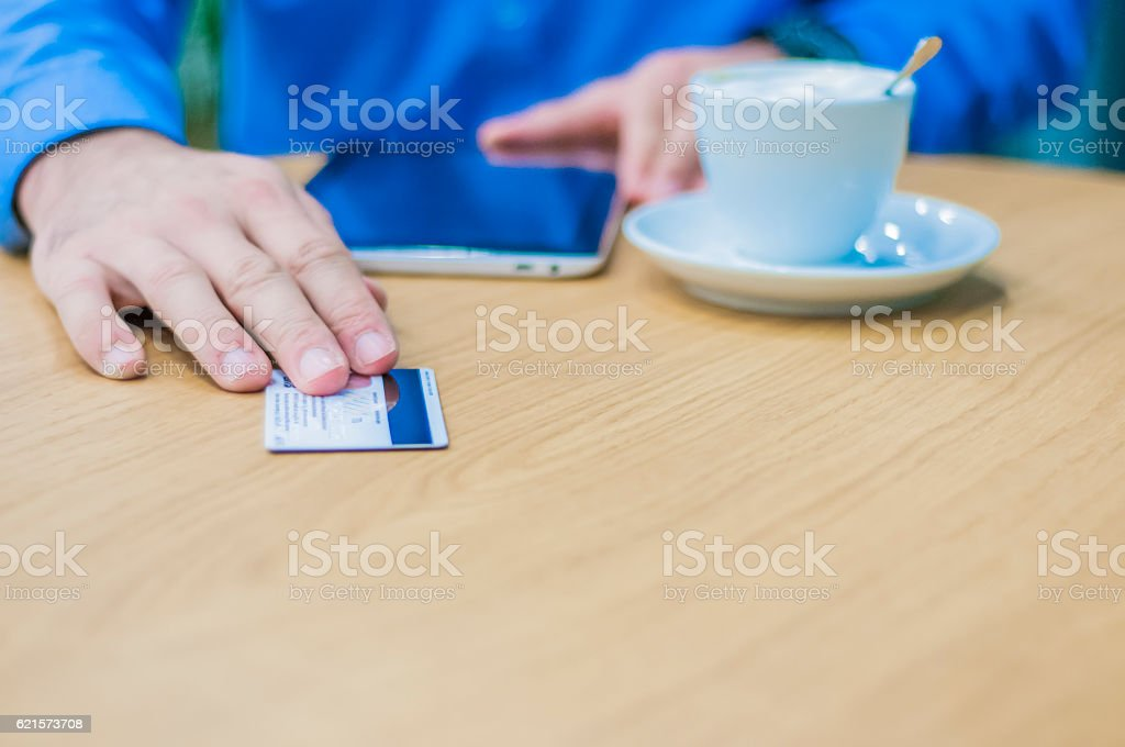 Homme d'affaires payer avec une carte de crédit ou de débit photo libre de droits
