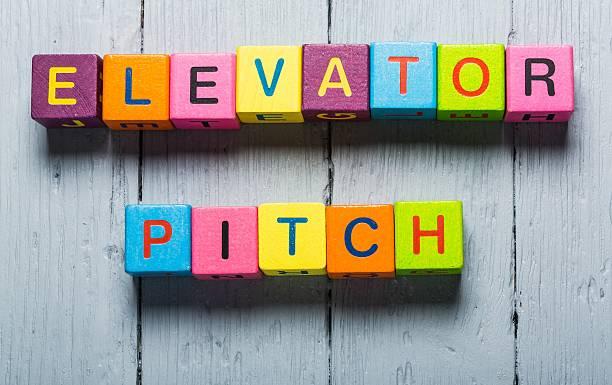 Business-Mann zeigt auf transparente board mit text:  Elevator Pitch – Foto