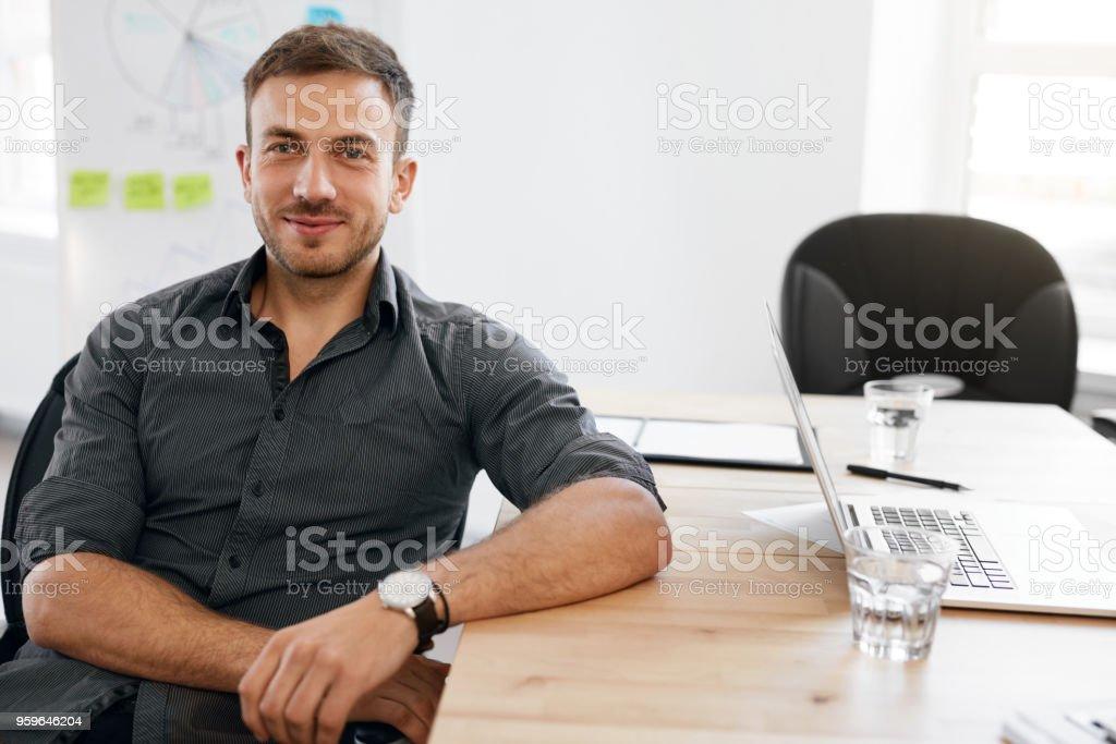 Retrato de hombre de negocios. Sonriente hombre de oficina - Foto de stock de A la moda libre de derechos
