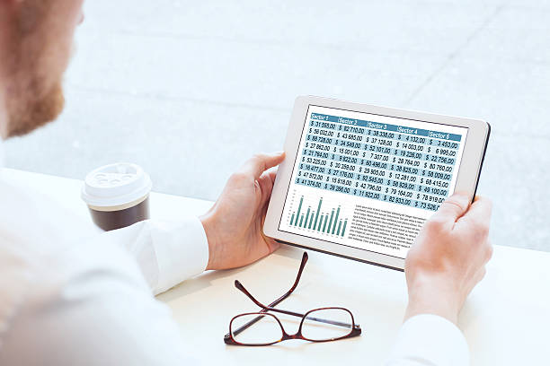 business man reading financial report - lesen arbeitsblätter stock-fotos und bilder