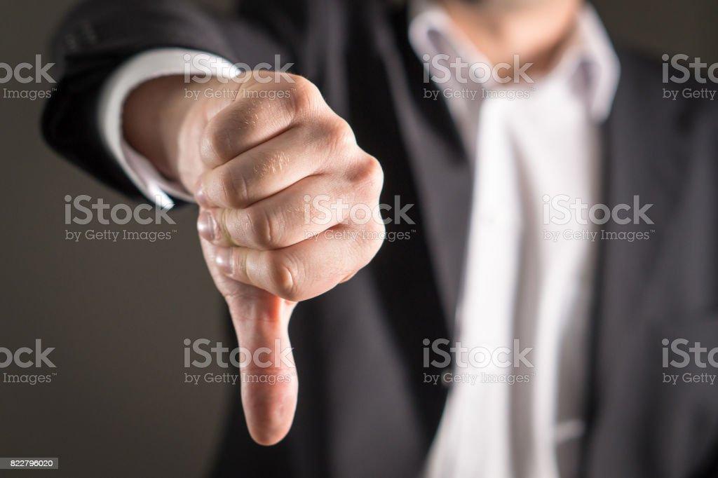 Hombre de negocios que muestran los pulgares hacia abajo. - foto de stock