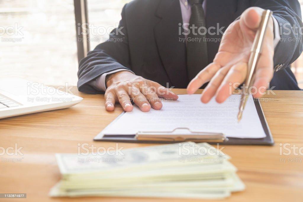 Geschäftsmann Unterzeichnung eines Vertrages. Besitzt das Geschäftszeichen persönlich, Geschäftsführer des Unternehmens, Rechtsanwalt. Immobilienmakler Holding Holding, Umzug nach Hause oder Vermietung von Immobilien, Fusions-und Akquisitionskonzept. – Foto