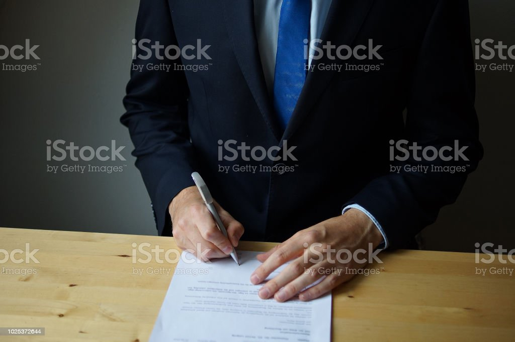 Homme d'affaires signature d'un contrat - Photo