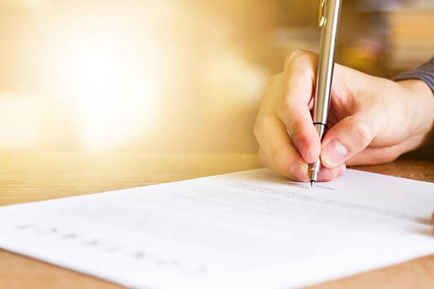 geschäftsmann, der das vertragsdokument unterzeichnet - unterschreiben stock-fotos und bilder