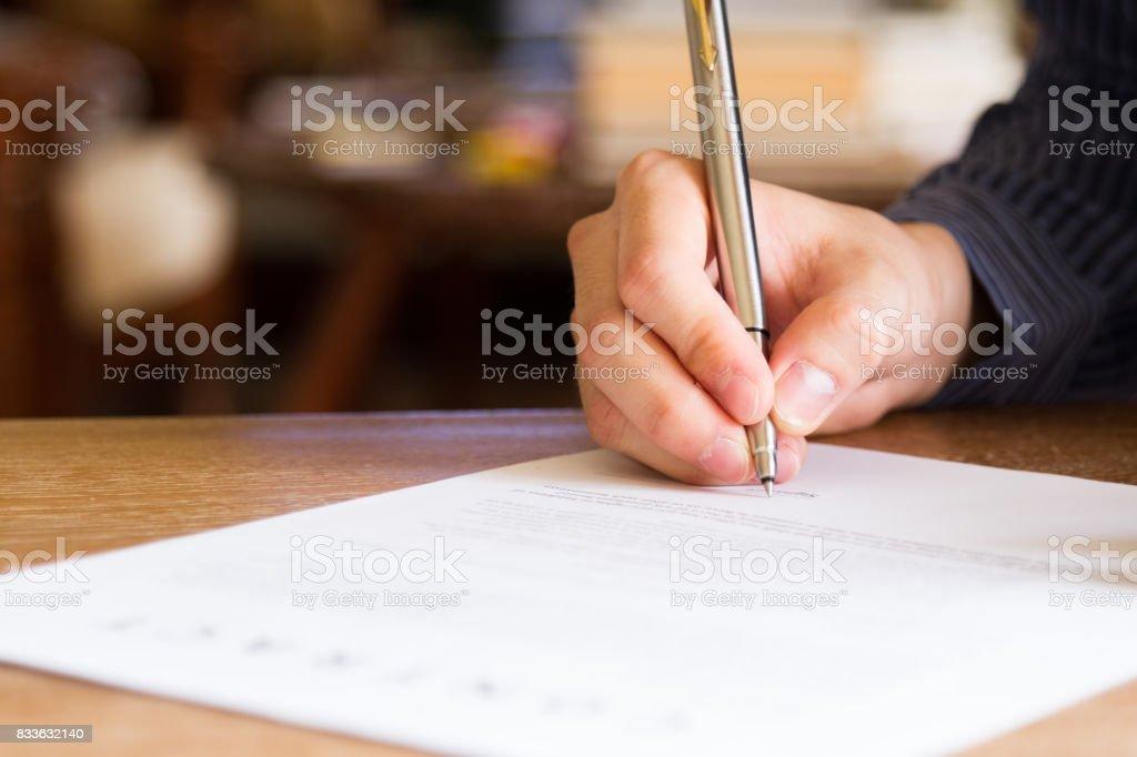 Business-Mann Unterzeichnung Vertragsdokument – Foto
