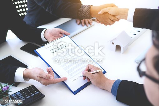 638881988istockphoto Business man signing contract for new owner of house. Real estate broker sell house. 1018225620