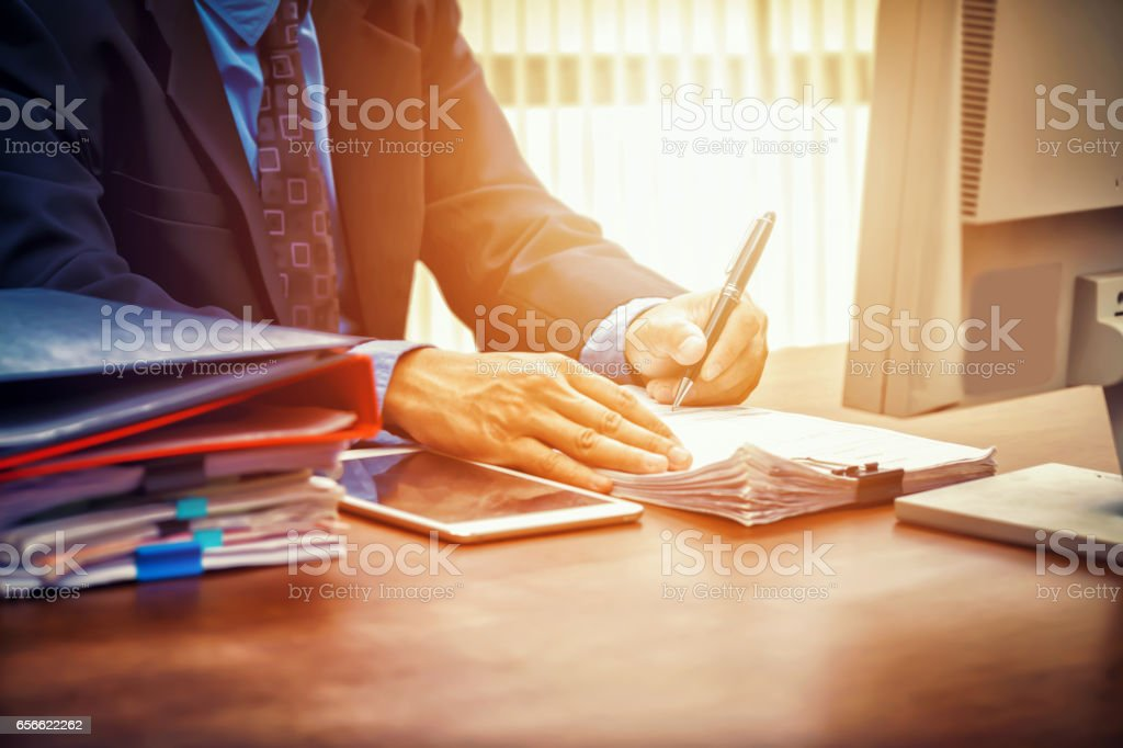 business man signing contract making a deal - foto stock
