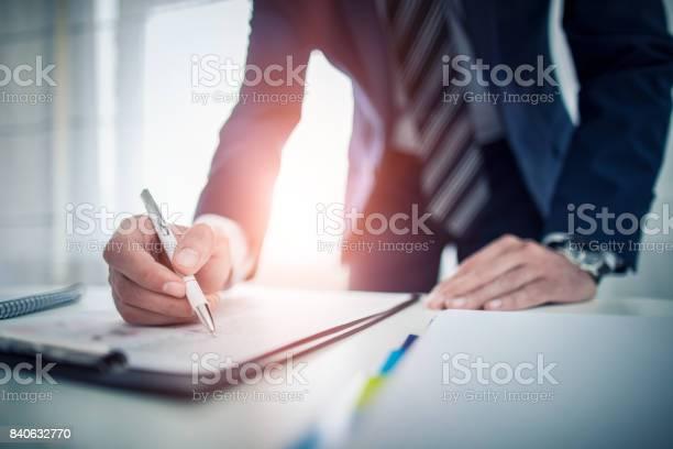 Geschäftsmann Vertragsunterzeichnung Einen Deal Machen Stockfoto und mehr Bilder von Anwalt