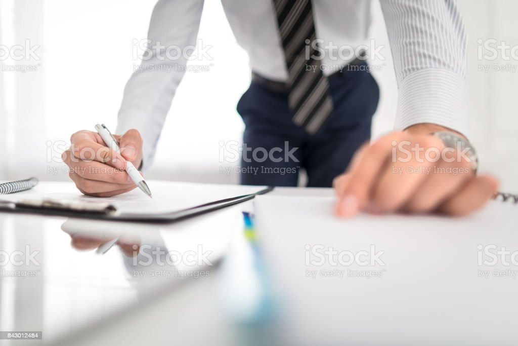 Business man signing contract, making a deal. – zdjęcie