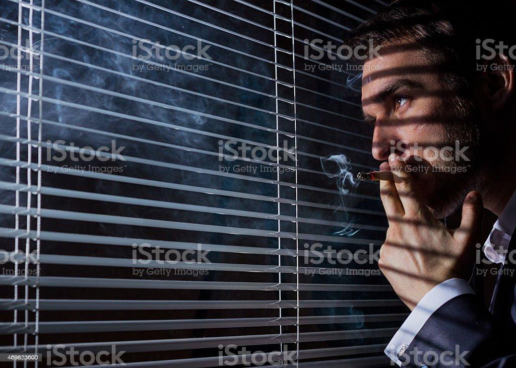 Hombre de negocios fuma foto de stock libre de derechos