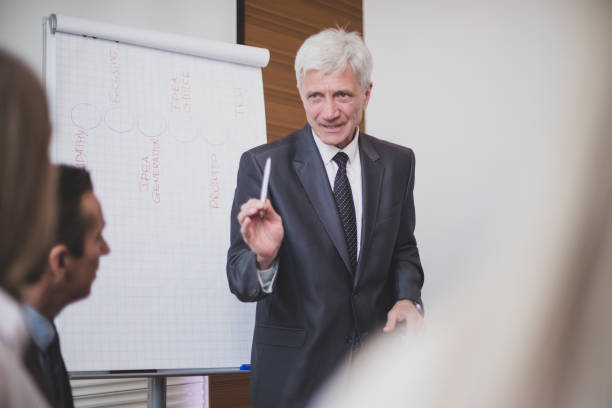Geschäftsmann spricht auf Seminar – Foto