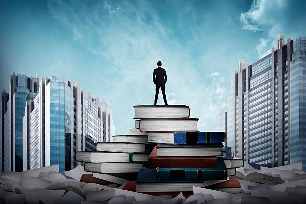 business man standing on the top of books - 主題 個照片及圖片檔