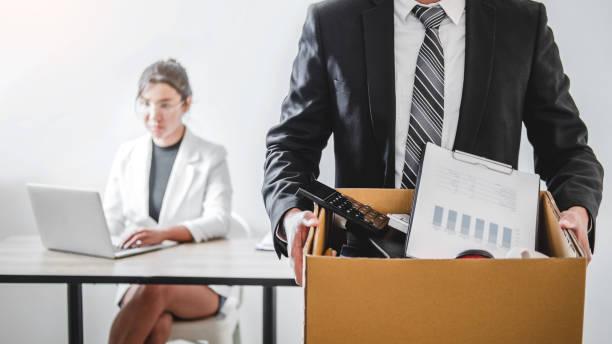 geschäftsmann betont mit rücktrittsschreiben für den job zu beenden packen und das büro zu verlassen, rücktrittskonzept - kündigung arbeitsvertrag stock-fotos und bilder