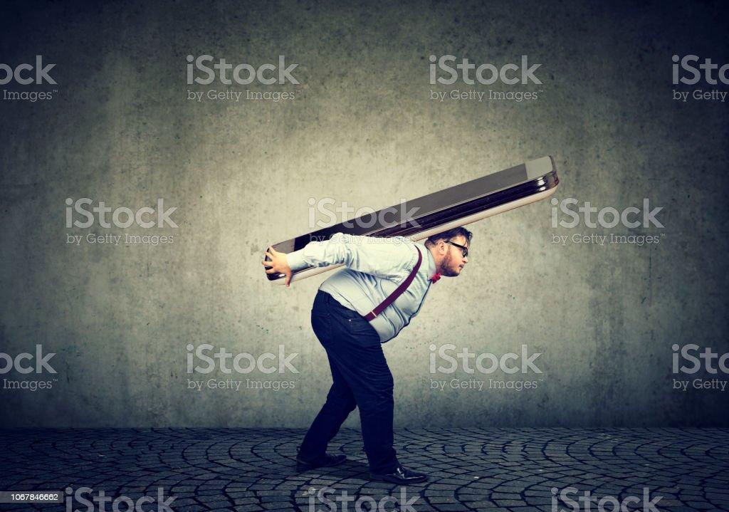 Business-Mann kämpfen, um riesige Smartphone tragen – Foto