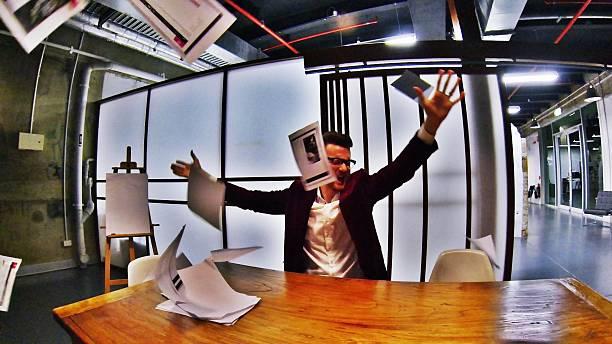 business mann werfen papiere in frustration - ausscheiden stock-fotos und bilder