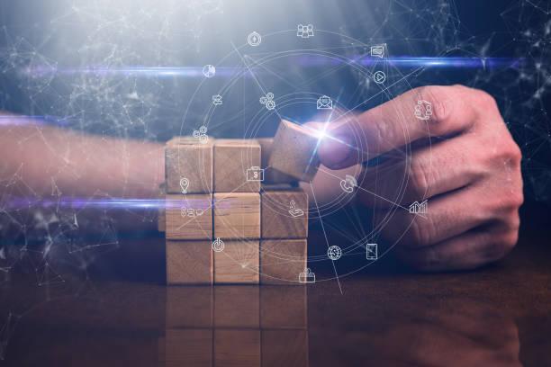 Geschäftsmann versuchen, Holzblock auf Holztisch und schwarze Hintergrund Business Organisation Startup-Konzept zu bauen – Foto