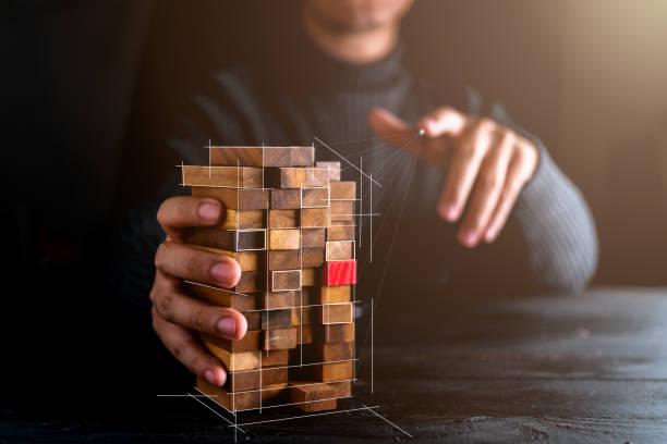 Geschäftsmann versuchen, Holzblock von anderen auf Holztisch und schwarzen Hintergrund Business-Organisation Startkonzept wählen – Foto