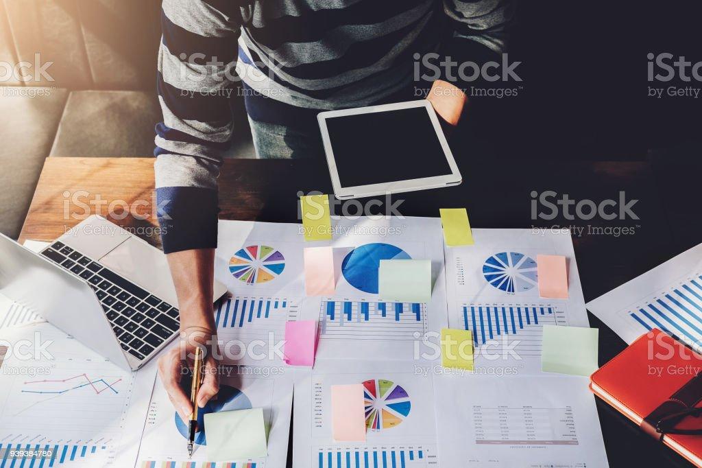 Geschäftsmann Börse Chart, Tablet und Laptop Computer Analysedaten im Marketing arbeiten. – Foto