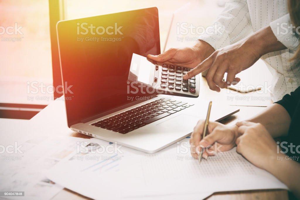 Geschäftsmann mit Taschenrechner. – Foto