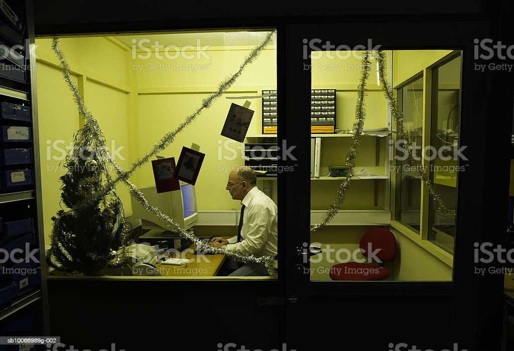 Business man using computer in office, side view royalty free stockfoto