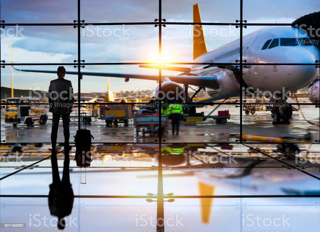 Geschäftsmann, die darauf warten, einen Flug im Flughafen – Foto