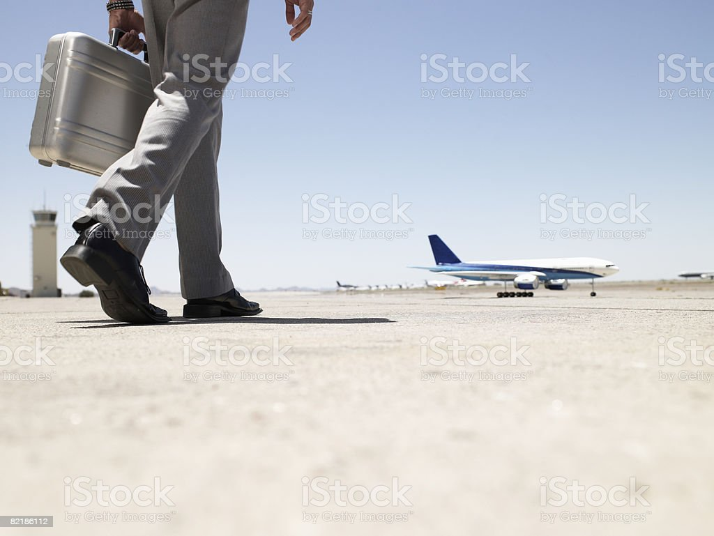business man walking toward airplane - Royalty-free 20-24 Years Stock Photo