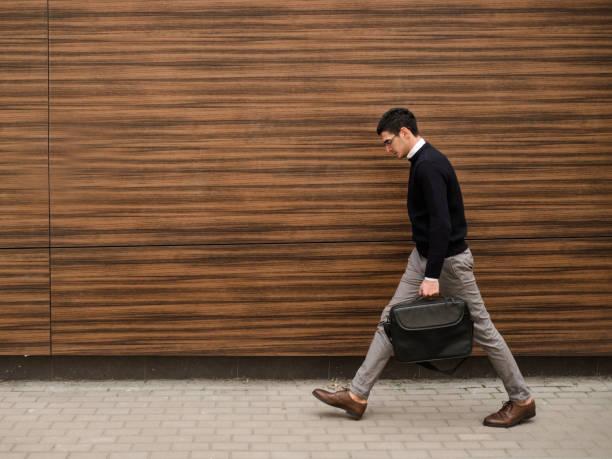 Business-Mann zu Fuß urban Glasbau – Foto