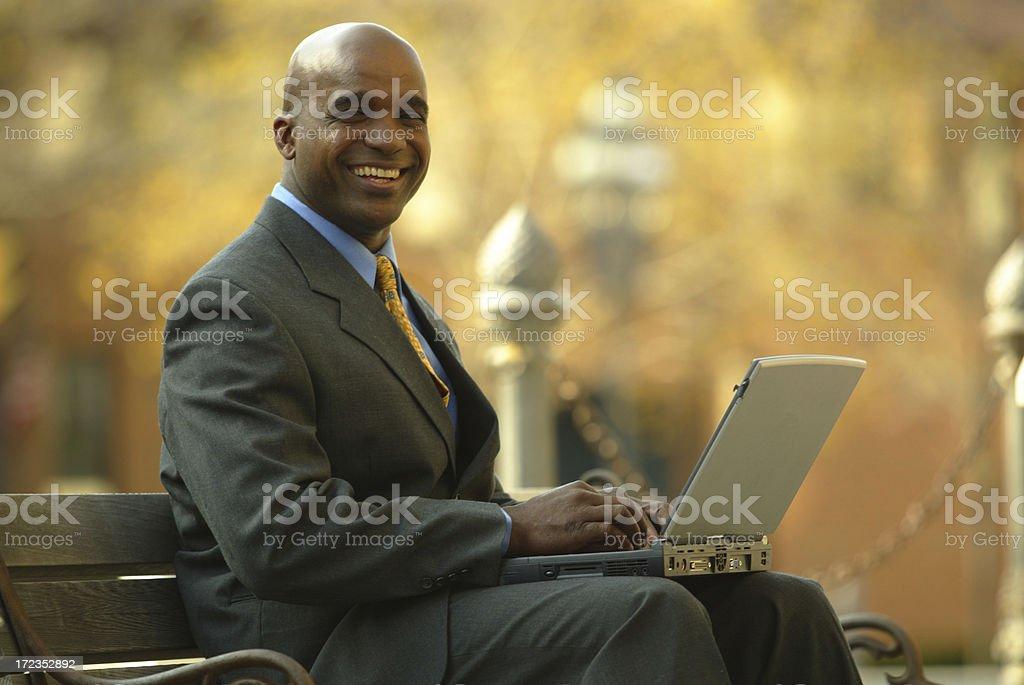 Hombre de negocios con computadora foto de stock libre de derechos