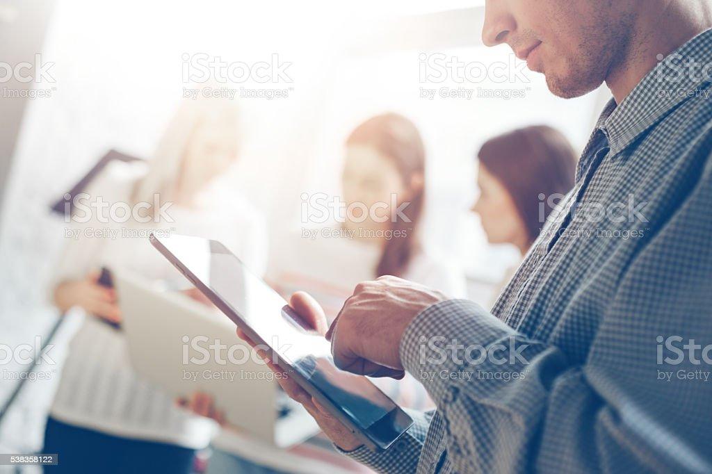 Geschäftsmann mit Tabletcomputer im Büro – Foto