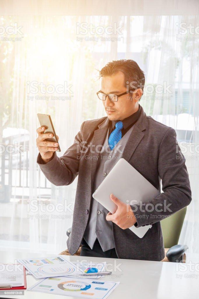 Geschäftsmann mit Telefon und Labtop, Geschäftsmann mit Smartphone im Büro arbeiten. – Foto