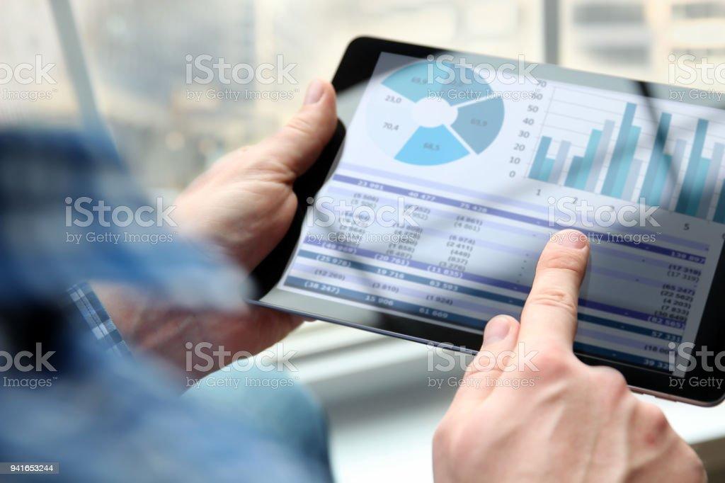 Geschäftsmann, arbeiten und analysieren von Finanzkennzahlen auf einen Graphen mit laptop – Foto